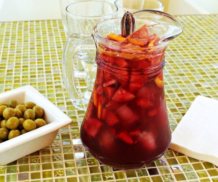 Opskrift på sangria med boblende cava og masser af friske jordbær. En skøn sommercocktail, der er super god som fx velkomstdrink og som punch.