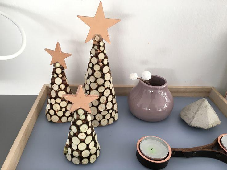 Juletræ medtræskiver og læderstjerne. Ahorngrene klippet og limet på en papkegle. Jul, juletræ, diy, diybyt, christmastree, wood, leather