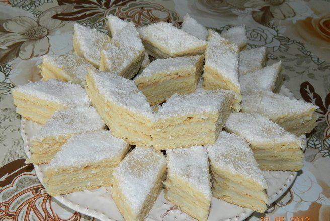 Nálunk ez a vendégváró süti, mert annyira finom és könnyű recept, hogy mindenkit lenyűgöz! Hozzávalók a tésztájához 25 dkg zsír, 10 dkg porcukor, 3 egész tojás, 1 dkg só, 90 dkg liszt, 1 dkg szalalkáli, másfél deci tejszín. a tö...