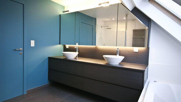 badkameropstelling met inloopdouche en schuine dakwand | Crivani