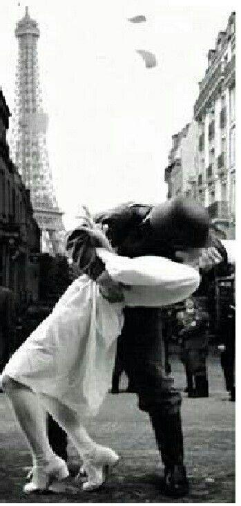 La VERA foto Originale che ha dato spunto alla famosa foto del bacio tra americani alla fine della guerra. Qui soldato Tedesco il giorno che è  stata conquistata Parigi nel 1940..