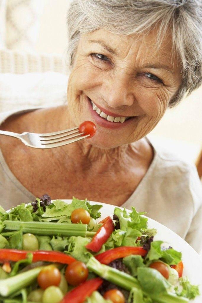 Οι ηλικιωμένοι είναι πιο ευαίσθητοι στις υψηλές θερμοκρασίες και η περίοδος του καλοκαιριού έχει ιδιαίτερες διατροφικές απαιτήσεις για τα άτομα της τρίτης ηλικίας. Σας παρουσιάζουμε έναν οδηγό για το καλοκαίρι και τη διατροφή των ηλικιωμένων. #OasisElderyCare #ηλικιωμένοι #φροντίδα #διατροφή