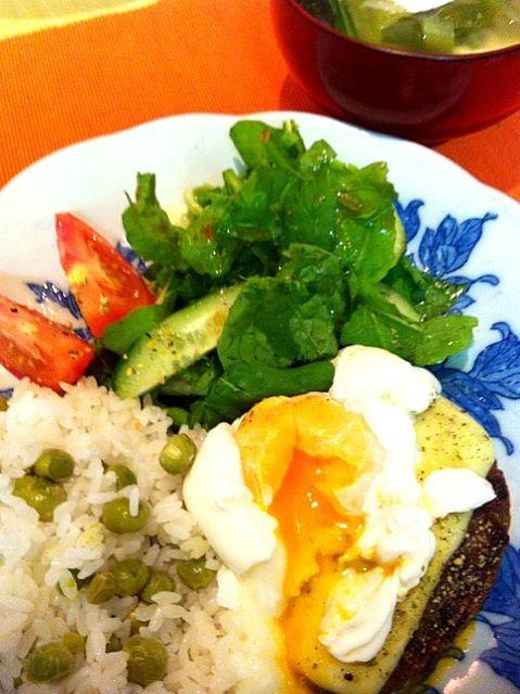 グリンピースご飯とお味噌汁♡ - 34件のもぐもぐ - チーズハンバーグ w / 有機ルッコラサラダ by tayuko