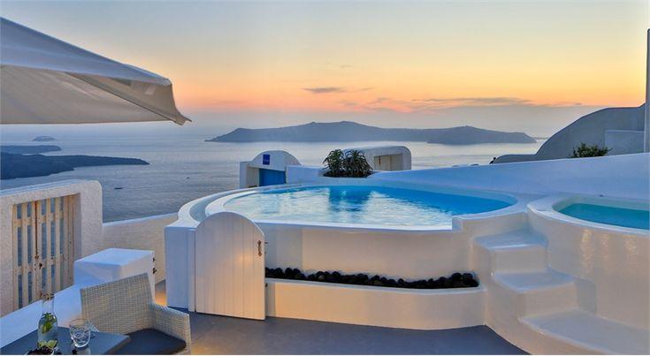 Una proprietà immersa tra i limoni della Sicilia, un castello in Francia, una villa design in Portogallo, un lodge con vista Highlands, un casale di lusso in Toscana e un appartamento a picco sul mare di Santorini: sei case da sogno in affitto, per vacanze fuori dal comune