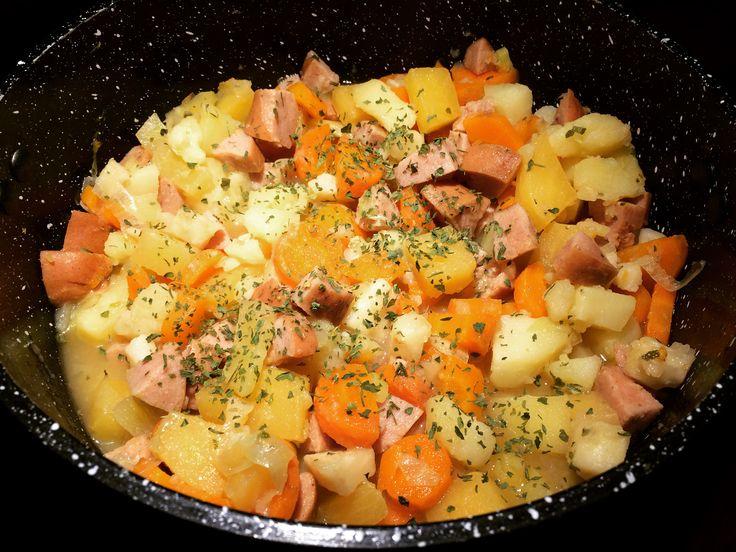 Når høsten setter inn må jeg bare ha hjemmelaget pølselapskaus! Det er så utrolig godt med norske grønnsaker, det ser godt ut og smaker nydelig. Her har du en veldig enkel oppskrift på en nydelig m…