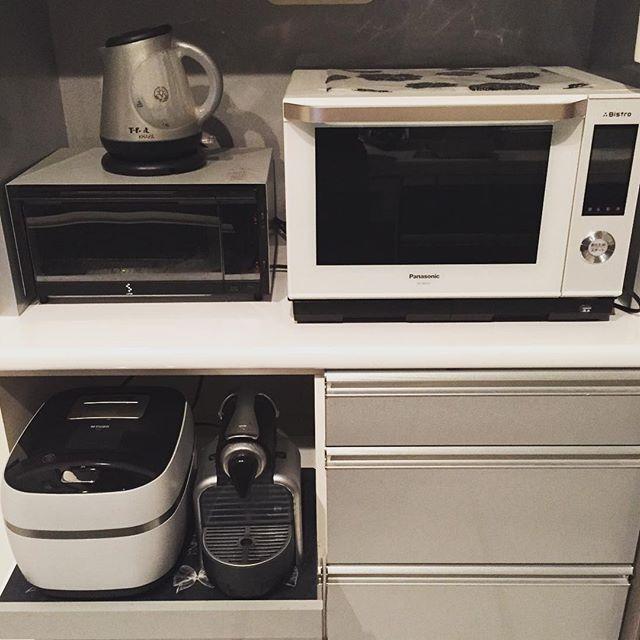 2016/09/03 08:46:33 shihobi 我が家の生活家電 #電子レンジ ➡︎ #panasonic #bistro #電気ケトル ➡︎ #ティファール #トースター ➡︎ #koizumi #炊飯器 ➡︎ #tiger #グランエックスシリーズ #コーヒー ➡︎ #nespresso 食器棚と電気ケトル、Nespressoは白に買い替えたいでもまだまだ壊れません 電気ケトルは #デロンギ の可愛いやつが出てるのでそれが良い しかし沸騰時間はティファールが優れてる。 トースターは #バルミューダ か #アラジン がデザイン的に好きだけど、バルミューダに関しては、スチームでしっかり焼き色付ける感じが私には合ってない気がします試食してみたい。 Ahー家電大好き過ぎるーそして話が長くなるー(笑) #モノトーン #モノクロ #白黒 #シンプルライフ #マイホーム #注文住宅 #monotone #house #simplelife #myhome #simple #目指せミニマムな生活