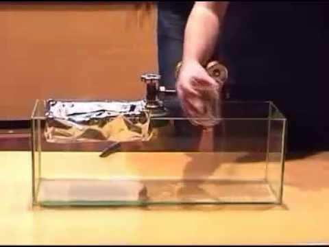 #quimicapura El gas con el que se llena el recipiente en el vídeo es el Hexafluoruro de Azufre (SF6). En condiciones normales de presión y temperatura es un gas incoloro, inodoro, no tóxico y no inflamable, con la peculiaridad de ser cinco veces más pesado que el aire. El SF6 presenta geometría molecular octaédrica, consistente en seis átomos de flúor enlazados a un átomo central de azufre. Este gas es conocido por afectar a la voz humana de modo opuesto al helio: al inhalar este gas, la…