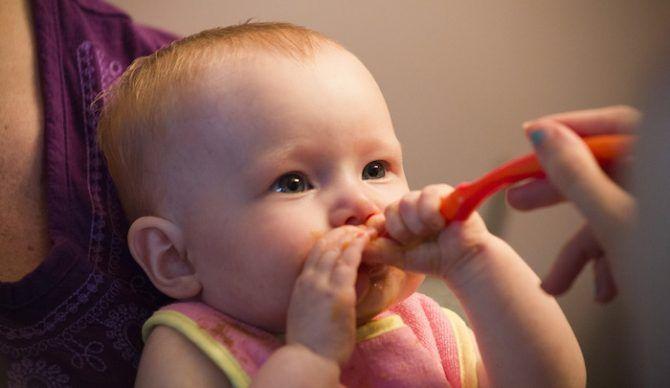 Quanto de papinha um bebê deve comer?   Macetes de Mãe
