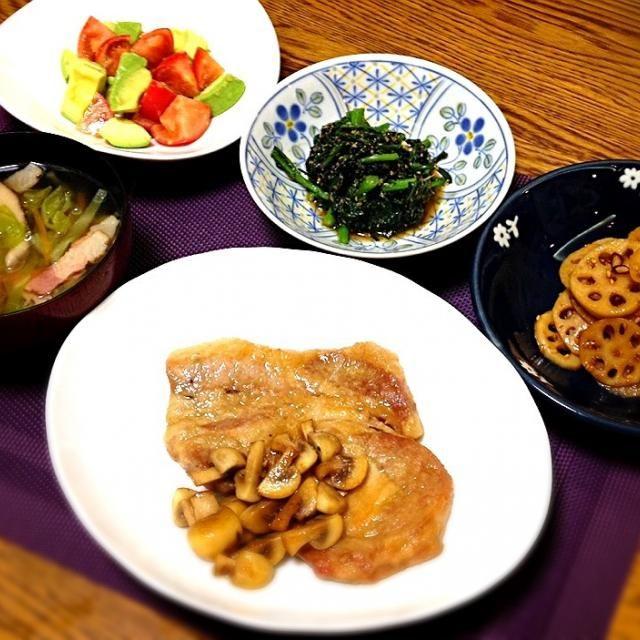 今日のスープは「飲むサラダ」のイメージで、ベジブロスをベースにキャベツと人参、干し椎茸。旨味プラスでベーコン。 飽きずに続ける塩抜きのアボカドサラダ。減塩対策になってるのかなぁ? - 144件のもぐもぐ - アボカドとトマトのサラダ・春菊胡麻和え・レンコンきんぴら・豚とマッシュルームの酢醤油ソテー・野菜たっぷりスープ by madammay