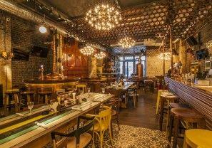 Een Biutiful pub in het oude centrum van Boekarest