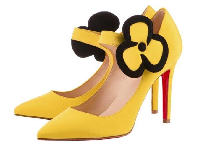 Scarpins amarelos Louboutin.