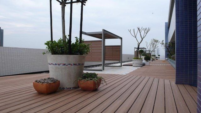 toit-terrasse en bois composite et pots de fleurs extérieurs