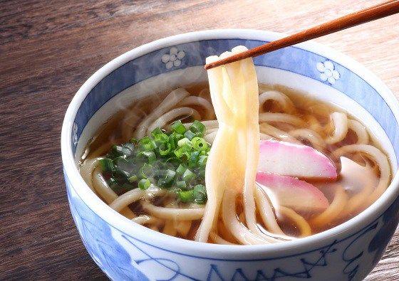 Udon, tipo de macarrão grosso feito de farinha, é normalmente servido como sopa, em caldo quente à base de dashi, shoyu e sakê mirin. Sobre o udon, são acrescentados um ou mais ingredientes para complementar o prato.