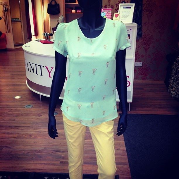 Cute Milkshake blouse with poppy lemon jeans - Pastel Trend