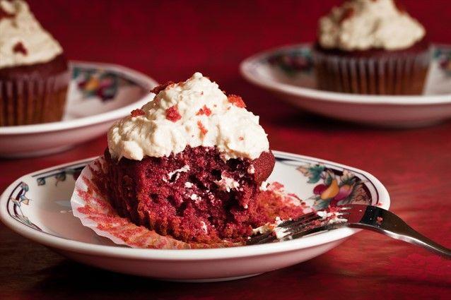 I Red Velvet Cupcakes sono la variante della Red Velvet Cake ma in versione monoporzione e sono riconoscibili per il colore rosso che risalta sul bianco della glassa. A corredo della ricetta, una serie di consigli per farli al meglio in occasione della festa di San Valentino.