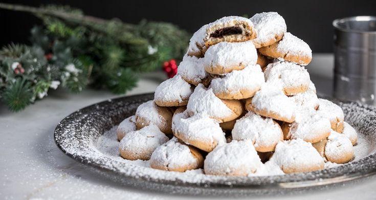 Κουραμπιέδες γεμιστοί με σοκολάτα από τον Άκη Πετρετζίκη. Συνταγή για κουραμπιέδες με σοκολάτα. Φτιάξτε γκανάζ σοκολάτας και γεμίστε τους κουραμπιέδες σας!