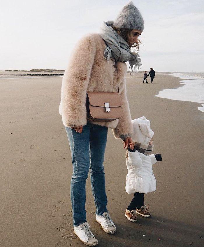 Portée comme un simple caban, la veste en fausse fourrure gagne en évidence (instagram Elena Vasilieva)