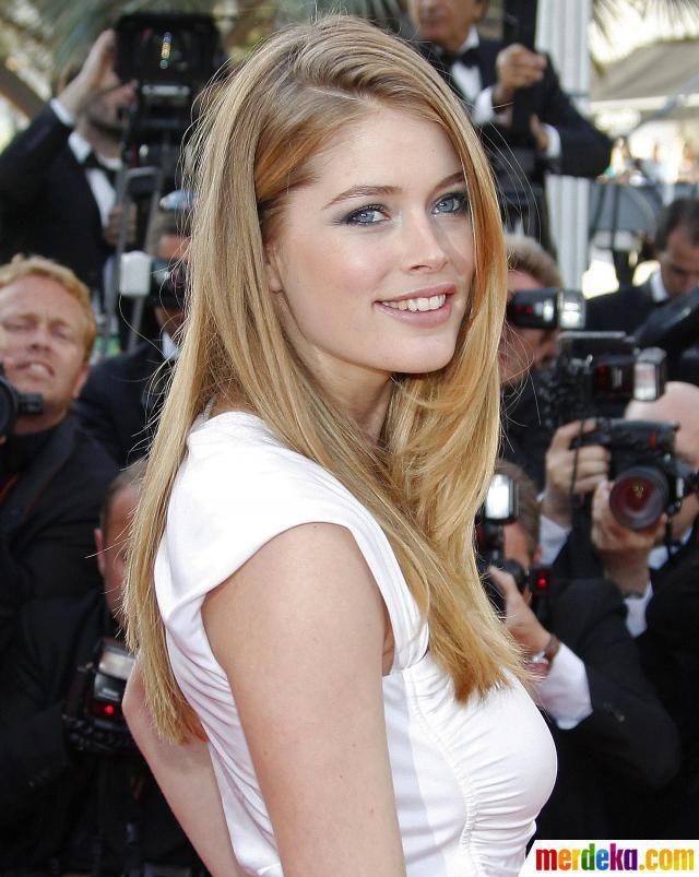 Doutzen Kroes. Wanita berusia 27 tahun ini juga merupakan alumni 'malaikat' Victoria Secret. Dia juga bekerja untuk L'Oreal dan Tiffany & Co. sehingga menghasilkan pendapatan sebesar USD 6,9 juta (Rp 65.1 miliar). Perempuan kelahiran Belanda ini kini mempunyai patung lilin di Museum Madame Tussauds di Amsterdam.