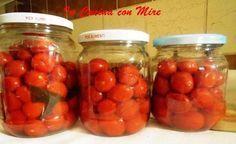 I pomodorini conservati interi è adesso il periodo giusto per farli, buoni per la stagione invernale, ci ricorderanno il sole e i sapori dell'estate.