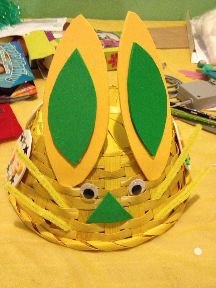 Sombrero de Pascua usando una canasta al revés y polifoam ...
