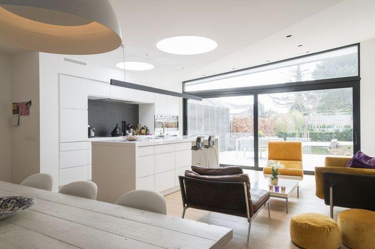 en images la m tamorphose d 39 une maison sombre des ann es cinquante en logement minimaliste noir. Black Bedroom Furniture Sets. Home Design Ideas