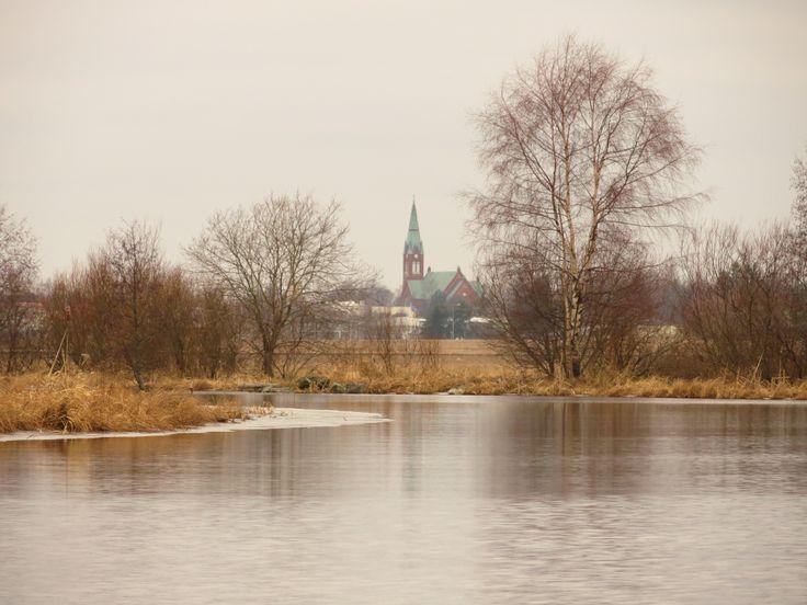Tammela, Papinsillalta hieman Forssaan päin. Forssan kirkko näkyy puiden välistä. Kuva helmikuun lopulta 2014. Joki avoin.