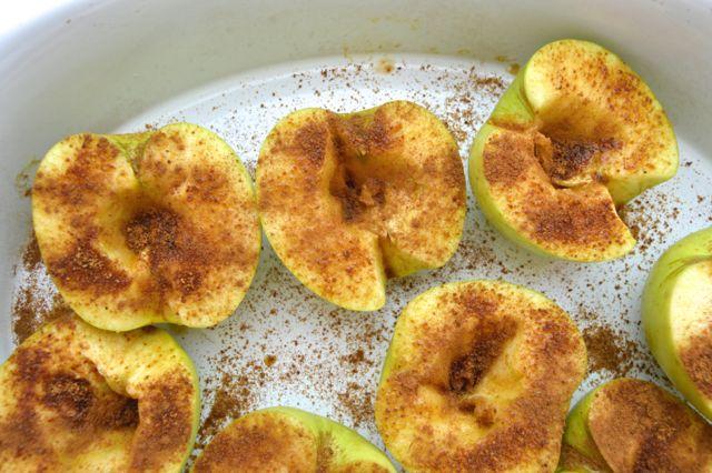 Ya hicimos los melocotones asados con el AZÚCAR DE COCO VEKINE, ahora compartimos la receta de manzanas asadas con el azúcar de coco. El azúcar de coco está hecho de la savia de la palmera de coco, de sus flores. La savia es calentada hasta que se evapora el agua, así se forman los cristales que se parecen al azúcar. El sabor es similar al de azúcar moreno con un toque de caramelo. Es azúcar no refinado, tampoco procesado, es considerado el más saludables entre endulzantes. #salud #saudable