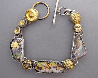 Tre opali colorati con fiori dorati