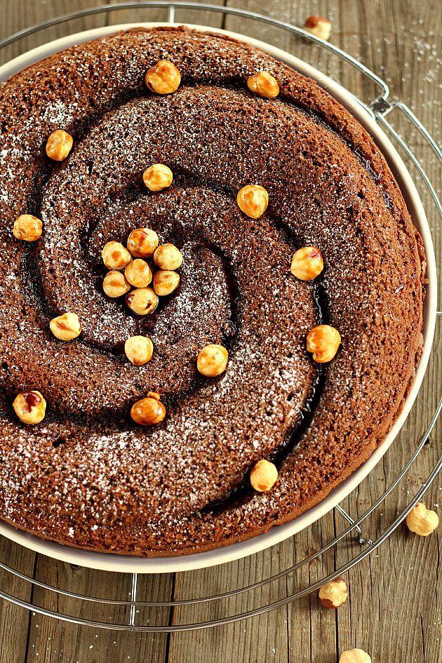 """La Torta al cioccolato e nocciole è un dolce friabile e profumato che si prepara in pochi minuti, perfetto per quando si ha voglia di qualcosa di buono ma non si vogliono sporcare troppe """"caccavelle"""""""