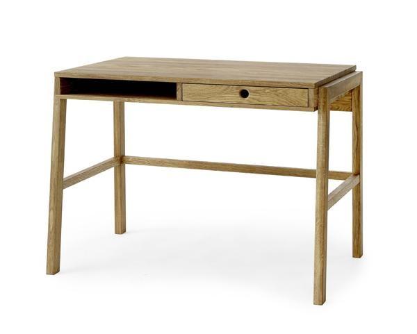 Pisa är ett nätt skrivbord i oljad ek från Torkelson. Ett skrivbord behöver inte alltid vara så stort, det kan bra räcka med en låda och en arbetsyta. Det som däremot kan vara kul är när skrivbordet inte ser ut som alla andra, något som sticker ut. Det är