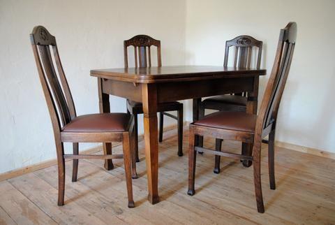 20er Jahre Esstisch zum ausziehen in Eiche, schellackmattiert mit 4 dazugehörigen Stühlen in Eiche, schellackmattiert mit klassischem Ledersitzpolster.