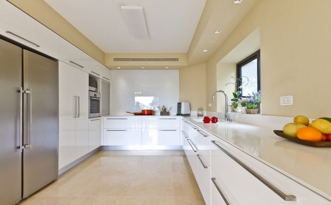 מטבח מודרני, לבן ופשוט בקו נקי. עיצוב saab architects  גם מתאים לאיריס