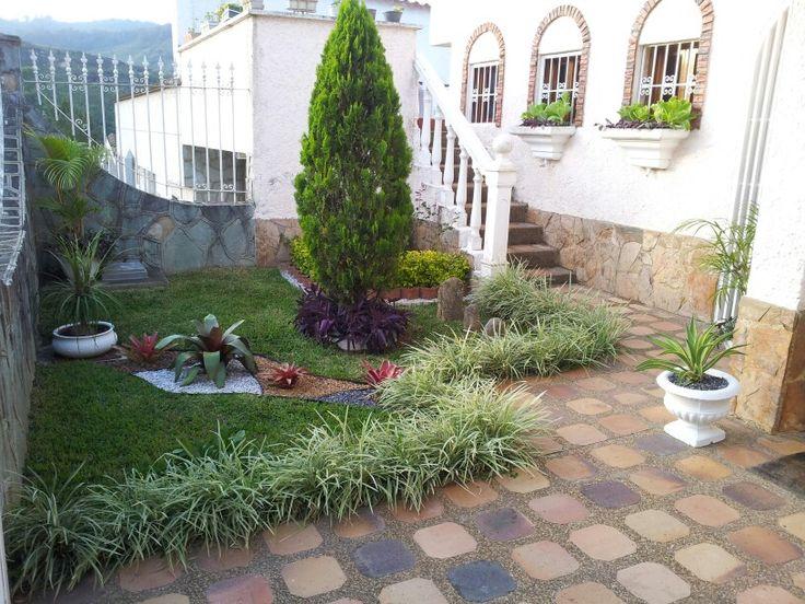 Elaboracion de un paisajimo con diferentes plantas en el - Diseno de jardines pequenos para casas ...