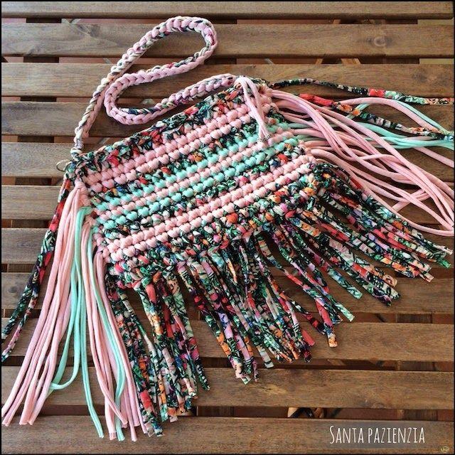 Un bolso de flecos con 3 tipos de trapillo / Santa Pazienzia