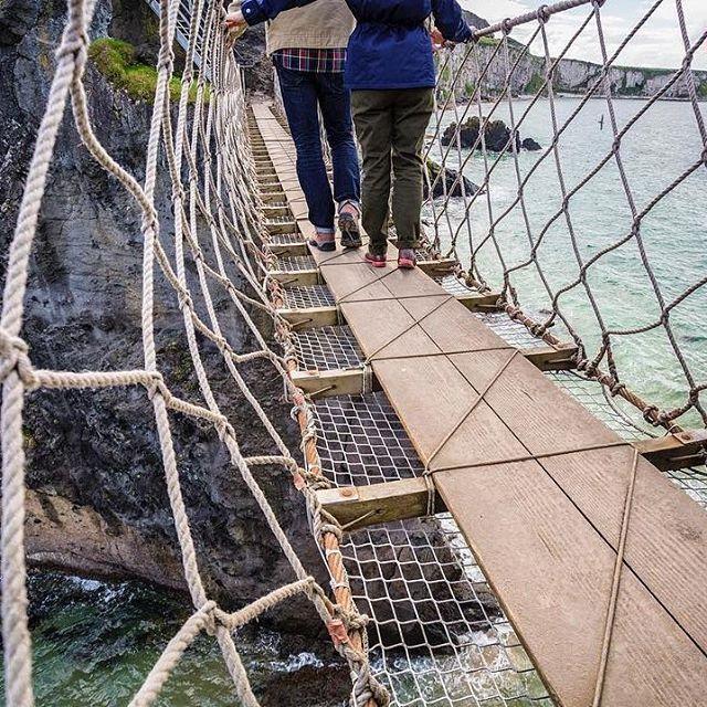 Envie de #randonnée et d'#aventure ? Ne loupez pas le Carrick A Rede Rope Bridge lors de votre séjour en #Irlande du Nord :) #pontsuspendu @discoverni #DiscoverNI #Causeway