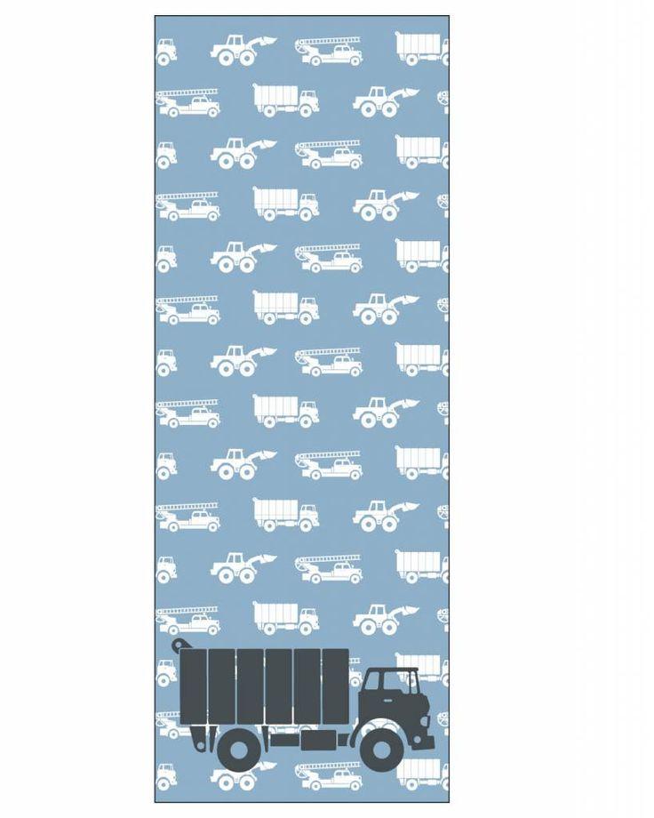 Dit behangpaneel is voor kids die dol zijn op vrachtwagens. Het heeft een blauwe achtergrond en een patroon van brandweerauto's, graafmachines en vrachtwagens. Op de voorgrond staat een grote grijze vrachtwagen. Hoe stoer is dat!