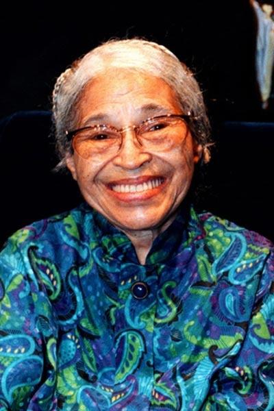 Rosa Parks foi uma costureira americana, símbolo do Movimento dos Direitos Civis. Tornou-se famosa em dezembro de 1955, quando se recusou a ceder o lugar no ônibus a um branco, conforme determinavam as leis no Alabama, e preferiu ser presa