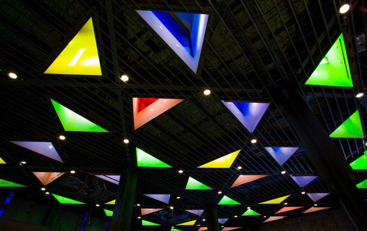 Centro Islámico de Australia, detalle de la luz coloreada en las linternas de la cubierta. Fotografía © Tobias Titz. Imagen cortesía de NGV. © Copyright de G. Murcutt para todos los dibujos y diseños de la mezquita.