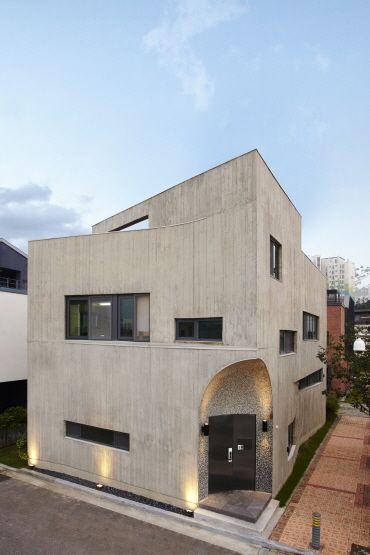 오늘 소개해드릴 주택은 독특한 디자인과 건축기술이 만든 노출콘크리트 주택입니다.집을 지을 때 건축물의 설계 디자인 뿐만 아니라 목조, 스틸 등 다양한 종류의 외벽자재에 따라서도 건축물만의 독특한 분위기를 ...