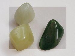 Las piedras de jade en general y especialmente, el jade verde, son valoradas tanto por sus propiedades curativas sobre el cuerpo, como por sus beneficios sobre el espíritu. Pero... ¿cuáles son las propiedades del jade verde? Conócelas en este artículo.