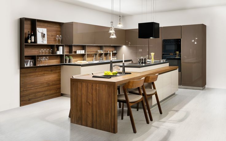 Tato kuchyně ELITE je krásná a netradiční v tom, že spojuje tři různé dezény! Všimněte si také členitosti a výrazné symetrie této kuchyňské linky.