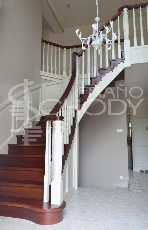 Štýlové celodrevené schodisko. Kombinácia moreného dubu a bielej farby. Rustykálny dojem schodiska umocňuje rezba na vnútornej schodnici. Kazetový obklad steny štýlovo dopĺňa schodisko a zároveň chráni stenu