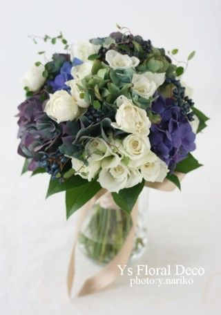 秋色紫陽花と白バラ、ビバーナムティナスの黒い実ものを盛り込んだクラッチブーケ @ 自由学園明日館 ys floral deco