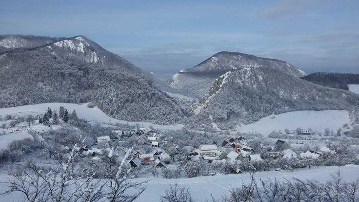 Obec Kostolec sa nachádza v malebnom prostredí,desať kilometrov severovýchodne od Považskej Bystrice. Je ukrytá za Manínskou a Kostoleckou tiesňavou. Centrálna časť obce je rozložená po pravej str...