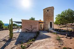 Ein weitläufiges Fincagrundstück umgibt das luxuriöse 4-Sterne Landhotel Ses Vistes auf Mallorca. Sie werden den Weitblick über Wiesen und Felder und die himmlische Ruhe des mallorquinischen Landlebens genießen. Die 12 Zimmer und Suiten des kleinen Landhotels verteilen sich auf dem Gelände auf mehrere Gebäude. So ist ein Höchstmaß an Privatsphäre garantiert.