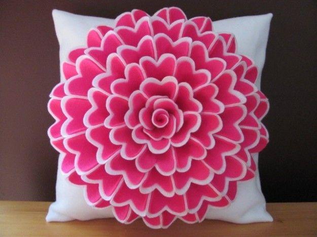 Cuscino con fiore rosa di feltro