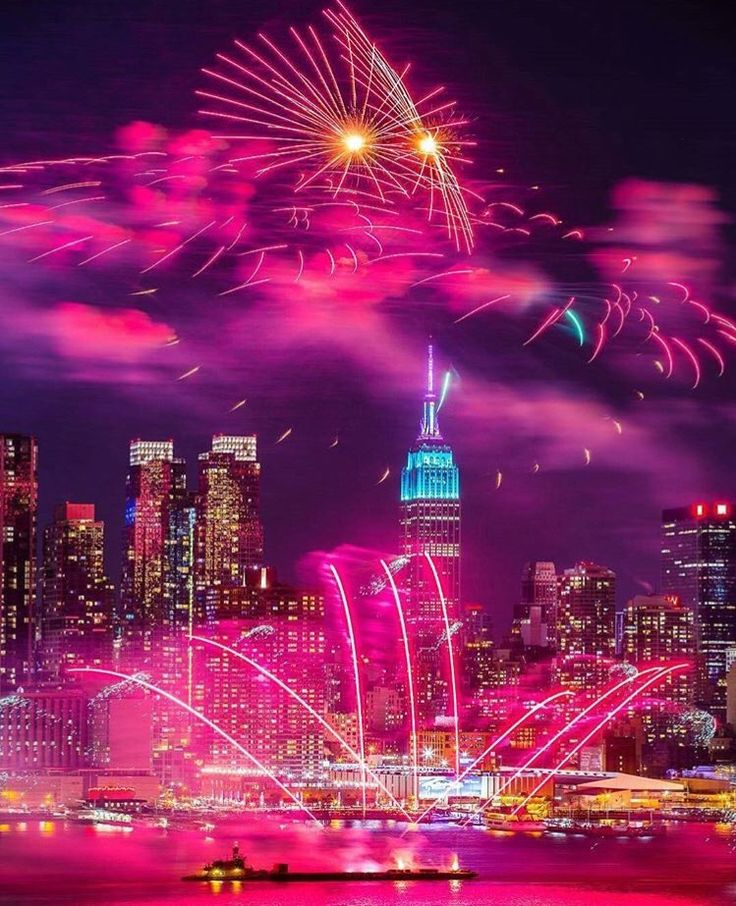 #HappyNewYork New Years Eve fireworks by @lisbethfeelings | newyork newyorkcity newyorkcityfeelings nyc brooklyn queens the bronx staten island manhattan