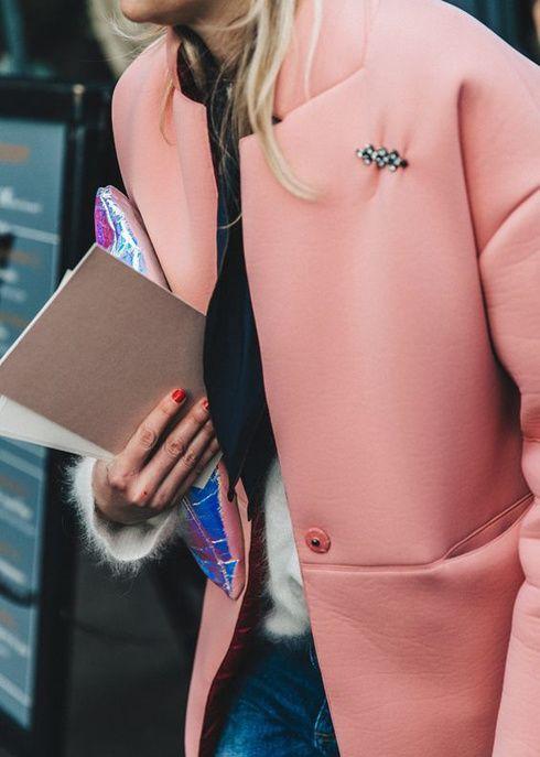 Un look d'hiver avec un manteau rose