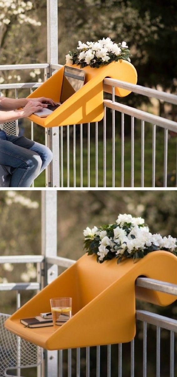 La table d'appoint pour petit balcon Balkonzept se suspend, s'enlève et se déplace facilement. Elle n'est pas fixée et s'adapte à tous les types de balustrades. Un accessoire malin pour aménager un petit balcon et le transformer en coin travail. À utiliser également comme une petite table d'appoint pour les apéros ou les repas...
