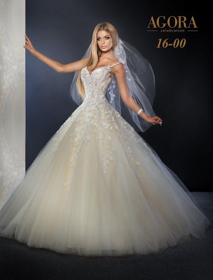 Agora 16-00, collectie 2016 Agora heeft een grote naam in de bruidswereld zeker als het omexclusieve en extravagante trouwjurken gaat. Deze jurk inprinsessenstijl heeft een prachtig lijfje met een mooi decolleté. De kant loopt in punten door over de extra wijde tule rok. Een korte sluier pas er uitstekend bij.